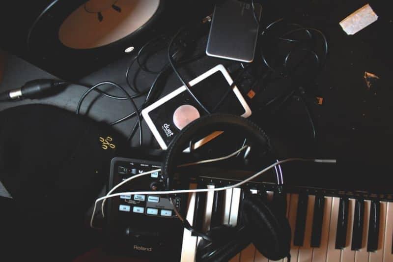 must-have-home-office-essentials-5-cord-management-unsplash
